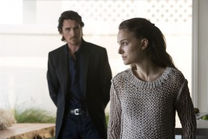 KoC-00133_R_CROP (l to r) Christian Bale stars as 'Rick' and Natalie Portman as 'Elizabeth' in Terrence Malick's drama KNIGHT OF CUPS, a Broad Green Pictures release. Credit: Melinda Sue Gordon / Broad Green Pictures