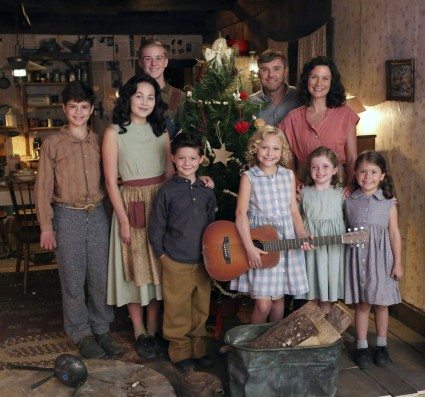 DOLLY PARTON'S CHRISTMAS OF MANY COLORS: CIRCLE OF LOVE -- Pictured: (l-r) Dylan Michael Rowen as Denver Parton, Kelli Berglund as Willadeene Parton, Parker Sack as David Parton, Blane Crockarell as Bobby Parton, Alyvia Alyn Lind as Dolly Parton, Ricky Schroder as Robert Lee Parton, Jennifer Nettles as Avie Lee Parton,  Farrah Mackenzie as Stella Parton, Hannah Goergen as Cassie Parton -- (Photo by: Quantrell Colbert/NBC)