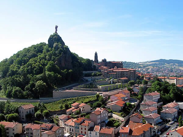 The Rocher Corneille, the Cathédrale Notre-Dame du Puy and the city / Photo by Jean-Pol GRANDMONT - Own work, CC BY 3.0 via Wikimedia Commons