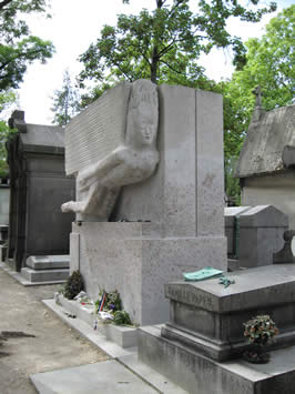 the tomb of oscar wilde photographed during the day