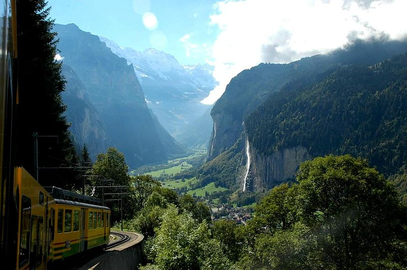 A train in Lauterbrunnental