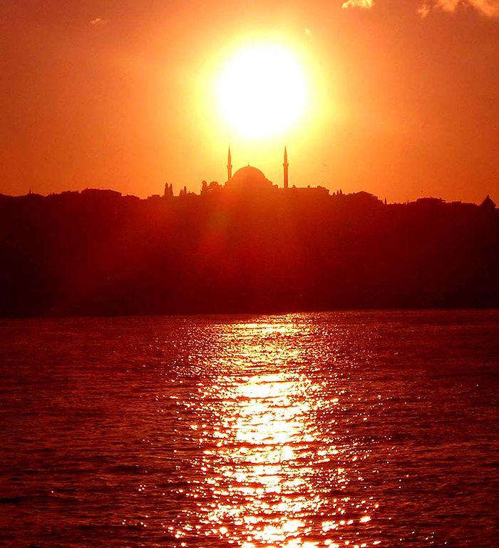 A Golden Horn sunset, in Türkiye
