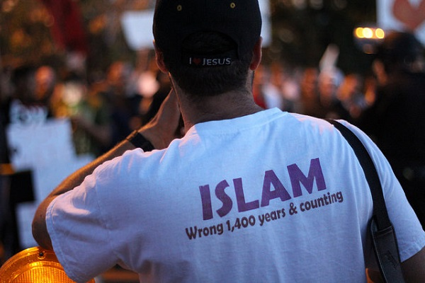 Anti-Muslim protester in Phoenix Arizona in 2015. Photo from Flickr Creative Commons,
