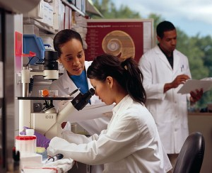 Researchers_in_laboratory