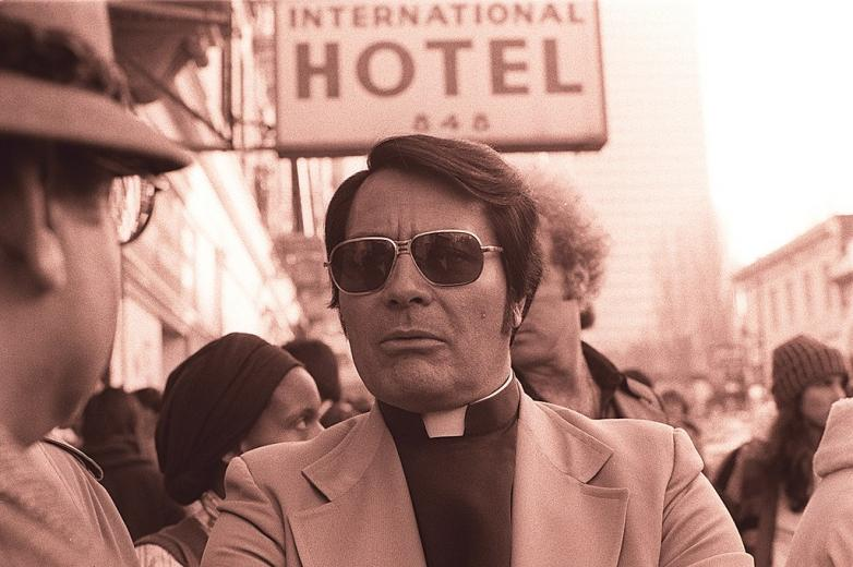 1024px-Jim_Jones_in_front_of_the_International_Hotel