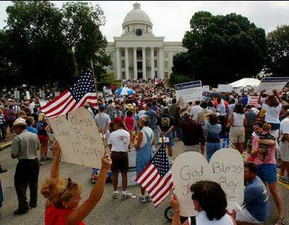 August 2003 rally in front of the Alabama state judicial building in support of Roy Moore. Taken from the Re-taking America website, copyrighted by Kelly McGinley at Re-Taking America, from whom permission has been received to license this material under the GNU Free Documentation License.