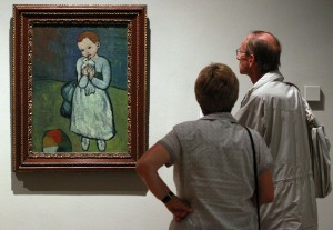 People look at the Picasso painting 'Child with a Dove' while it is displayed during the Picasso and Modern British Art exhibition at the National Gallery of Modern Art in Edinburgh, Scotland August 17, 2012. Britain has placed a temporary export ban on a key Picasso painting which had been on loan to a public gallery since 1974 before its aristocratic owners decided to put it up for sale. REUTERS/David Moir (BRITAIN - Tags: ENTERTAINMENT POLITICS)