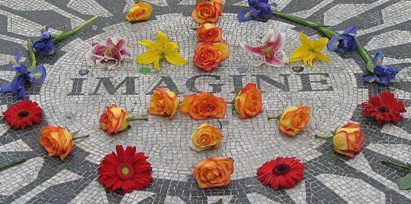 La plaque Imagine sur Strawberry Fields, à New York, en hommage à John Lennon. Photographie par Ramy Majouji. Available at Wikimedia Commons via Creative Commons Attribution 1.0 Generic license.