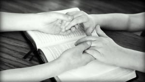 holding-hands-752878_1280