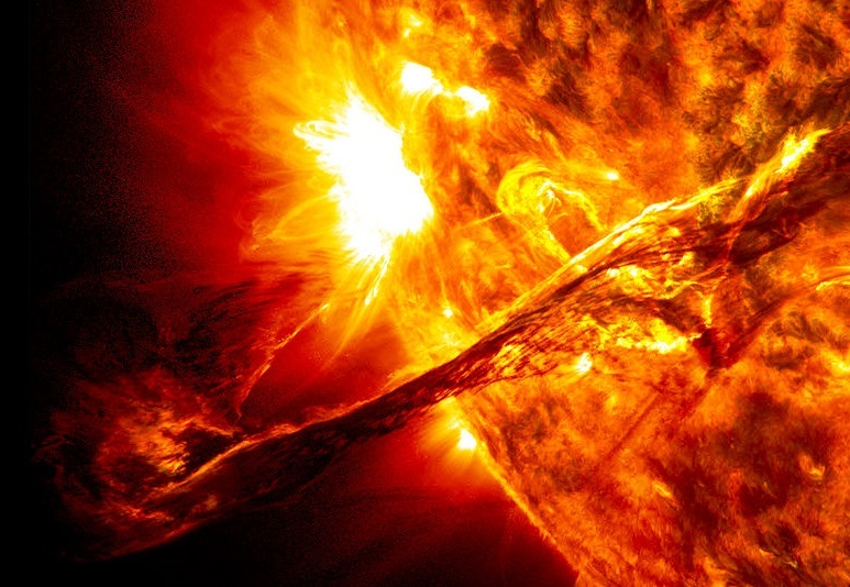 1024px-Giant_prominence_on_the_sun_erupted