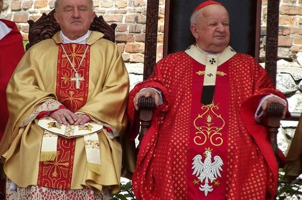 Piotr Drabik Kard. Kazimierz Nycz i kard. Stanisław Dziwisz; Source: Flickr, CC by 2.0)