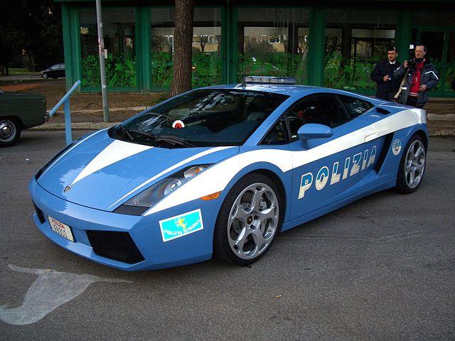 Lamborghini Gallardo in uso presso la Polizia di Stato Italiana, Adriano; Wikimedia, CC BY-SA 3.0)