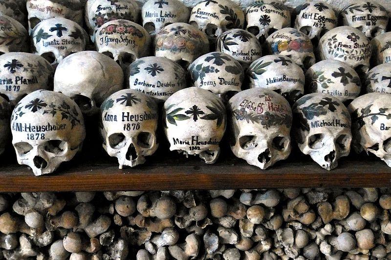 (Wolfgand Sauber, Hallstatt Ossuary Painted skulls; Wikimedia, CC BY SA 4.0)