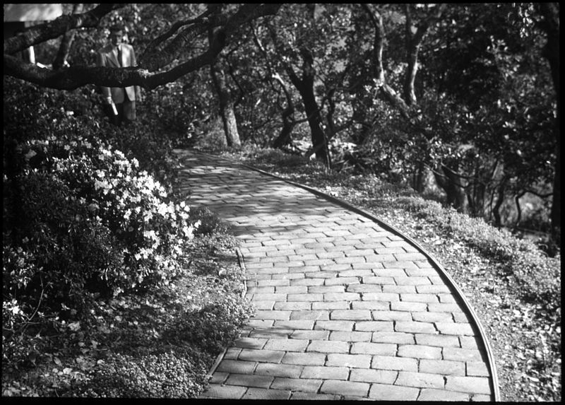 800px-Follow_the_winding_brick_path_(5140486402)