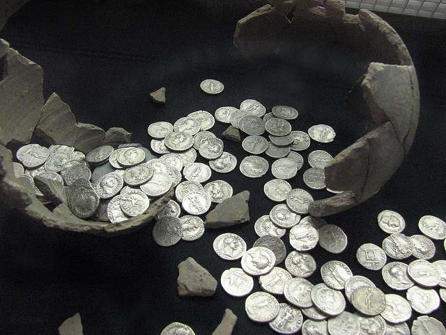 559 Roman coins were discovered buried in a clay pot in the ground; they are on display in Caerleon. (Credit: Helen Hall, Flickr. CC license.)