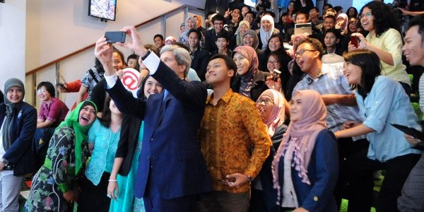 Secretary Kerry with Students at Climate Change Speech in Jakarta (Public Domain)