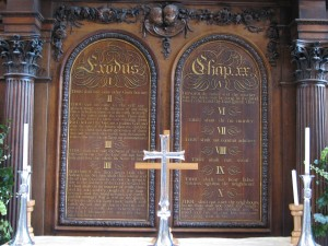 Ten_Commandments_altar_screen_in_the_Temple_Church_London