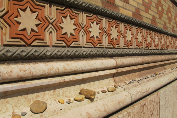 Memorial rocks left on the facade of the Dohany Street Synagogue, Budapest. Photo by Barbara Newhall