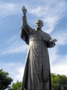 """""""Jan Paweł II - pomnik na Jasnej Górze"""". Licensed under """" href=""""http://creativecommons.org/licenses/by-sa/3.0/"""">CC BY-SA 3.0 via Wikimedia Commons."""