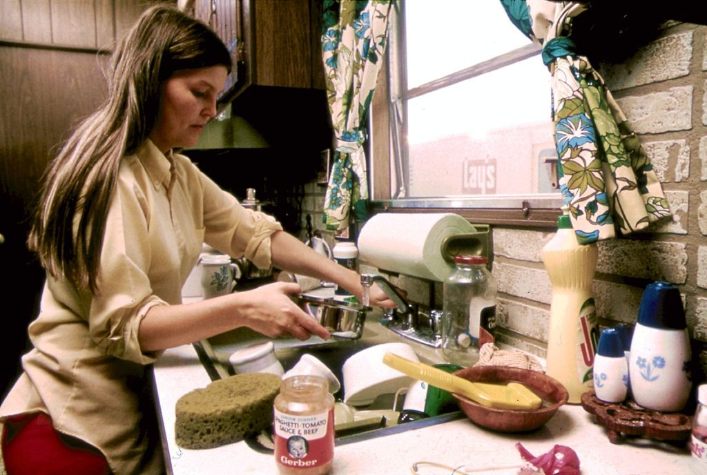 https://commons.wikimedia.org/wiki/File%3AHOUSEWIFE_IN_THE_KITCHEN_OF_HER_MOBILE_HOME_IN_ONE_OF_THE_TRAILER_PARKS._THE_TWO_PARKS_WERE_CREATED_IN_RESPONSE_TO..._-_NARA_-_558298.jpg; By Villalobos, Horacio, Photographer (NARA record: 8464479) (U.S. National Archives and Records Administration) [Public domain], via Wikimedia Commons