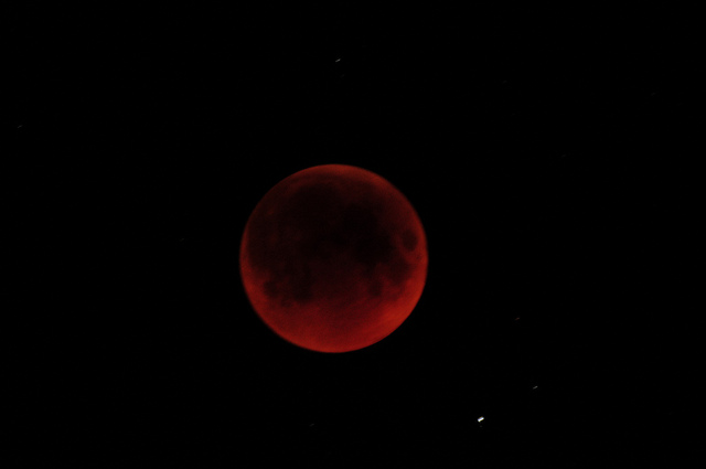 A perfectly normal lunar eclipse in 2011. (Credit: Ibrahim Asad's PHotography, CC license).