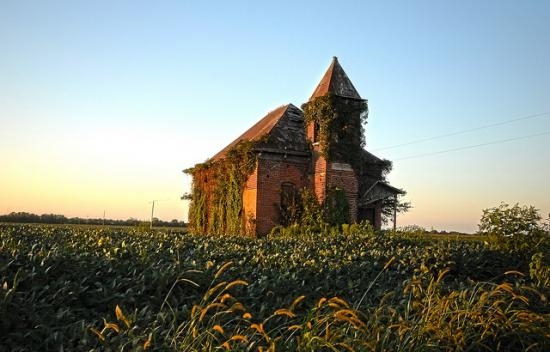 An abandoned schoolhouse. (Joanna Poe, CC-SA.) Will you be surprised to learn that it's in Indiana?