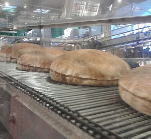 653px-Pita_bread_on_conveyor_belt