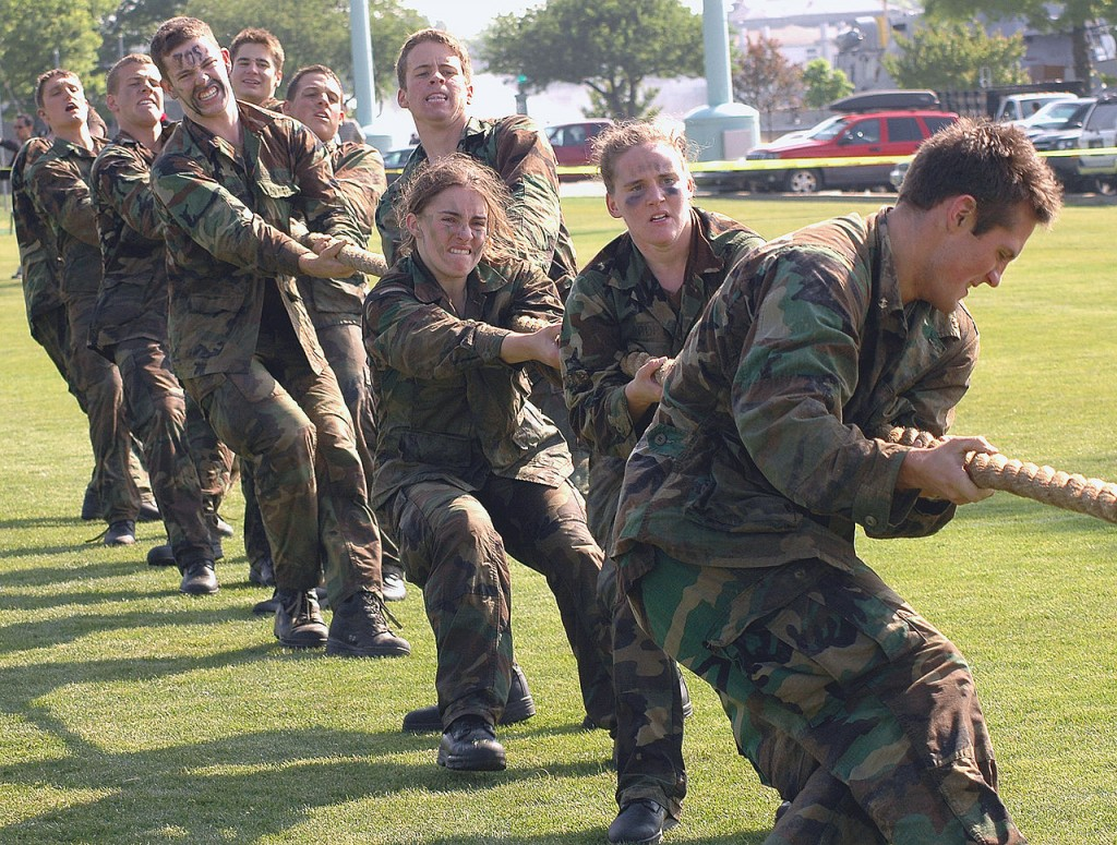 1280px-US_Navy_060516-N-5215E-002_A_team_of_midshipmen_struggle_in_a_round_of_tug-of-war_during