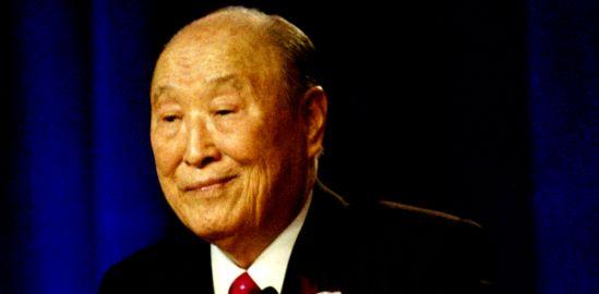Credit: https://commons.wikimedia.org/wiki/File:Rev._Sun_Myung_Moon_speaks,_Las_Vegas,_NV,_USA_on_April_4,_2010.png