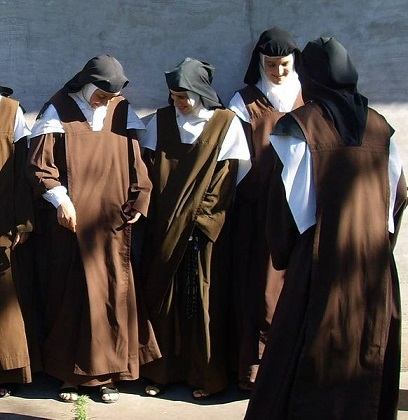 Carmelite nuns. Source: WikiMedia Commons https://en.wikipedia.org/wiki/File:Carmelitas_de_la_comunidad_de_Nogoy%C3%A1.jpg