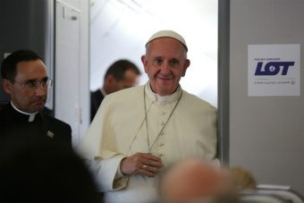 Pope Francis aboard the papal flight from Poland on July 31, 2016. Credit: Alan Holdren, CNA.
