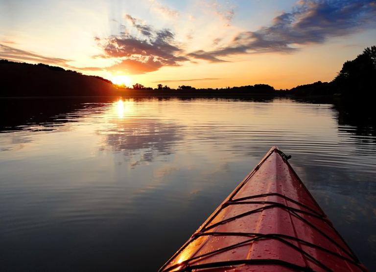 800px-Kayak_sunset_Lake_Ahquabi_State_Park