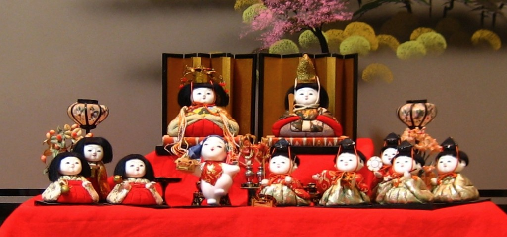 Hina Matsuri display, with the Empress and Emperor doll on the top tier. By S kitahashi (S kitahashi took) [GFDL (http://www.gnu.org/copyleft/fdl.html), CC-BY-SA-3.0 (http://creativecommons.org/licenses/by-sa/3.0/), GFDL (http://www.gnu.org/copyleft/fdl.html) or CC BY-SA 3.0 (http://creativecommons.org/licenses/by-sa/3.0)], via Wikimedia Commons
