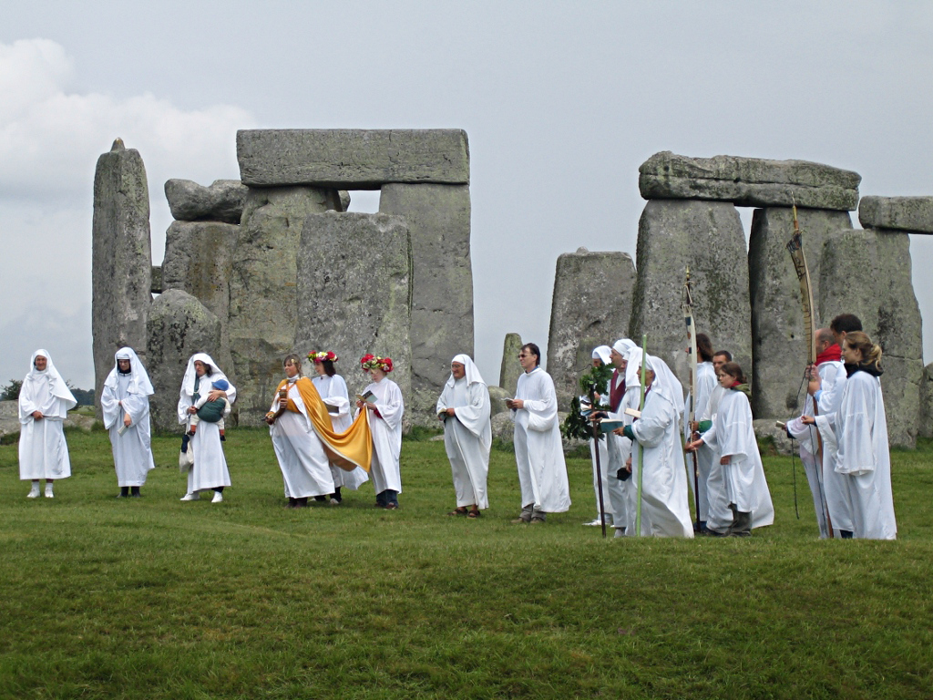By sandyraidy (Stonehenge - Druids-2) [CC BY-SA 2.0 (https://creativecommons.org/licenses/by-sa/2.0)], via Wikimedia Commons