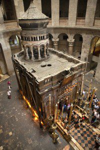 Church of the Holy Sepulchre from above. By israeltourism [CC BY 2.0 (http://creativecommons.org/licenses/by/2.0)], via Wikimedia Commons