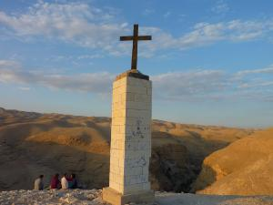 Cross_in_the_desert_-_panoramio