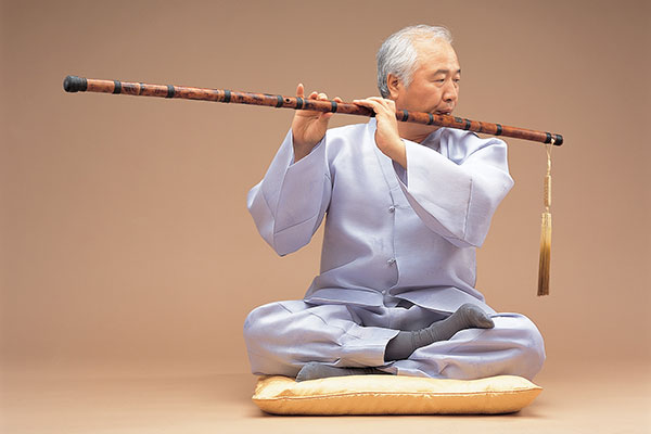 Ilchi Lee playing flute for the soul