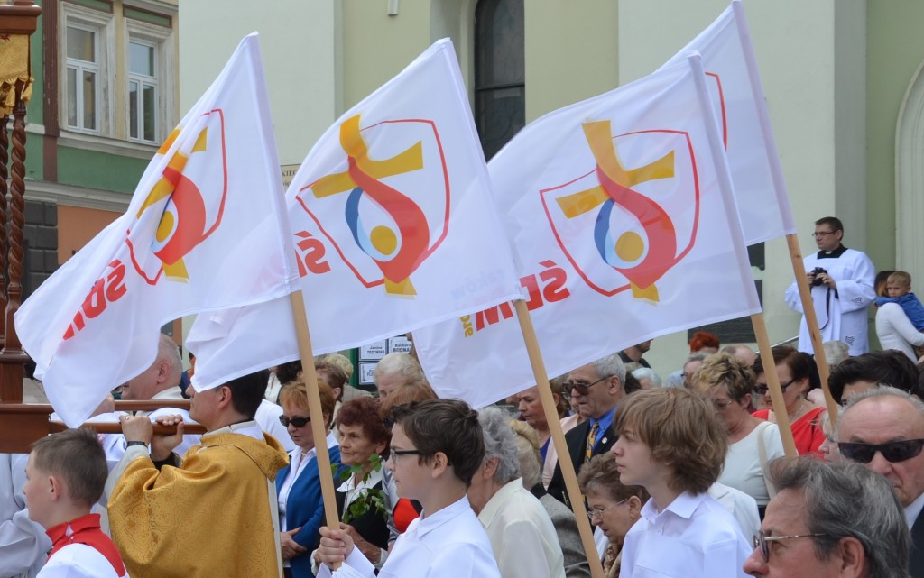 Weltjugendtag 2016 (taken 26 May 2016 prior to World Youth Day) - by Silar (02016_0934_Weltjugendtag_2016,_Logo.jpg) [CC BY-SA 4.0 (https://creativecommons.org/licenses/by-sa/4.0/deed.en)], via Wikimedia Commons