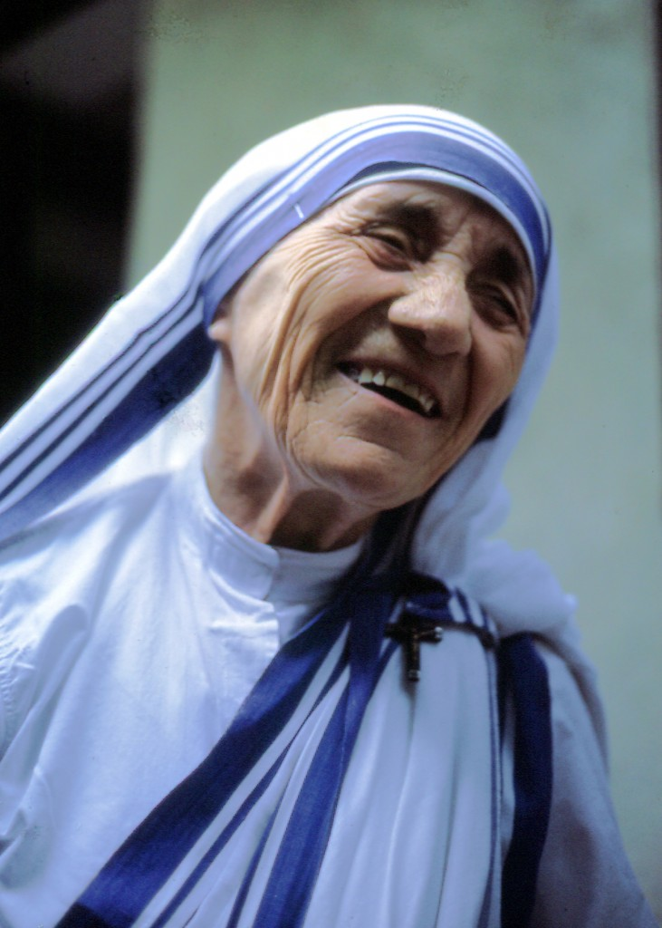 Mutter Teresa, lachend, Dezember 1985 - by Manfredo Ferrari (Mutter_Teresa_von_Kalkutta-1.jpg) (CC BY-SA 4.0 [https://creativecommons.org/licenses/by-sa/4.0/deed.en]), via Wikimedia Commons