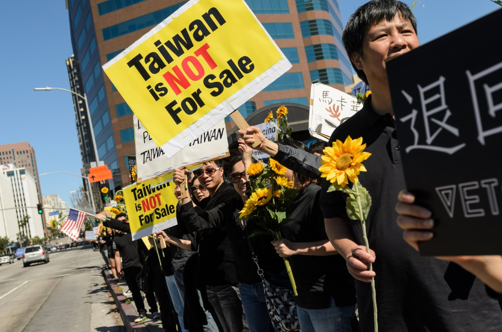 Sunflower Movement supporters in Los Angeles - by Benjamin Dunn/Neon Tommy, March 30, 2014 (Taiwanese_student_movement_supporters_in_Los_Angeles_2.jpg) (CC BY-SA 2.0 [https://creativecommons.org/licenses/by-sa/2.0/]), via Flickr