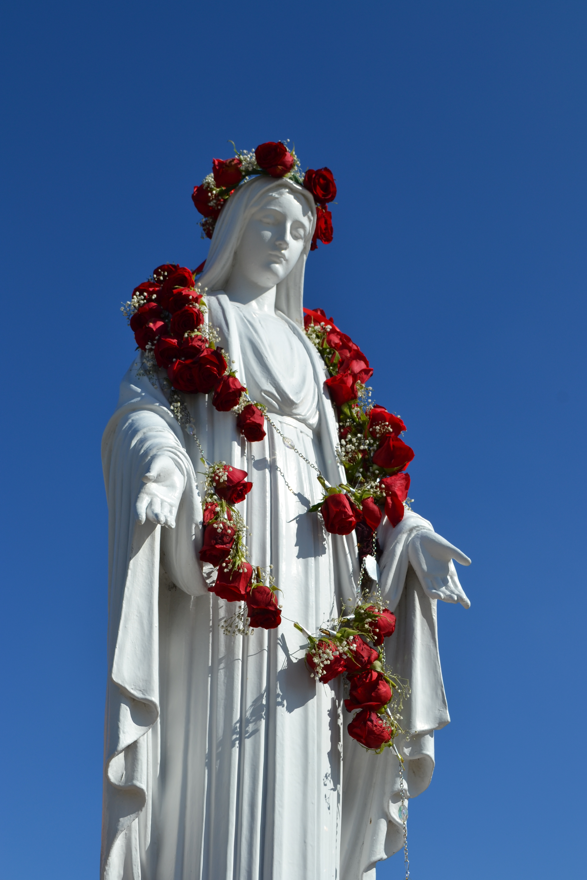 Statue of Mary in Grotto of Mater Dei High School - by Gzamora1, 19 November 2012 (Statue_of_mary_in_grotto_of_mater_dei_high_school.jpg) (CC BY-SA 3.0 [https://creativecommons.org/licenses/by-sa/3.0/deed.en]), via Wikimedia Commons