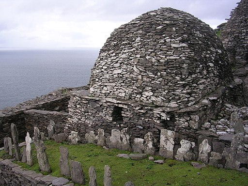 512px-Skellig_Michael_-_cemetery_and_large_oratory