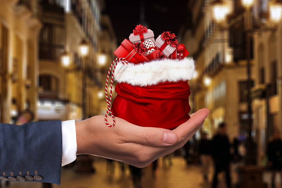 image of hand with christmas gifts (Max Pixel)