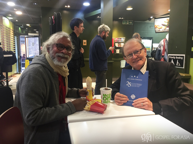 KP Yohannan and George Verwer enjoy a meal together during a visit to the United Kingdom in September 2017.