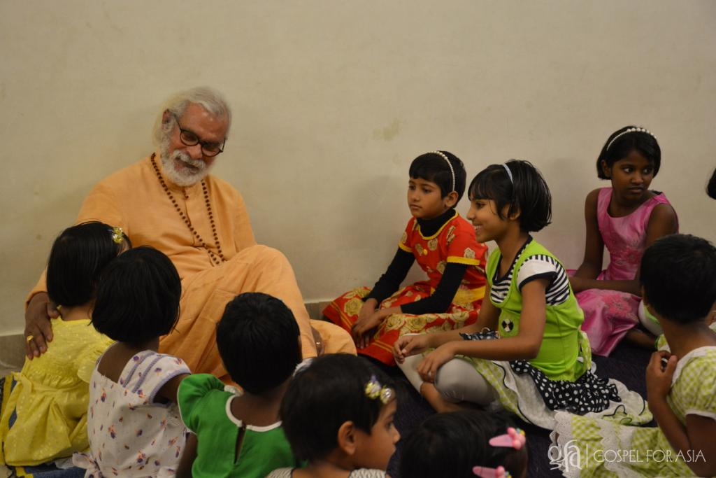 100,000 or more runaway children roam around the streets of Delhi - KP Yohannan - Gospel for Asia