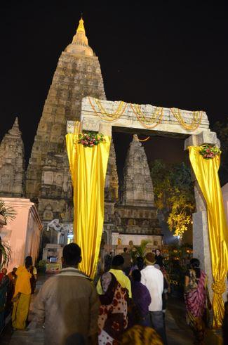 10 stupa and gate