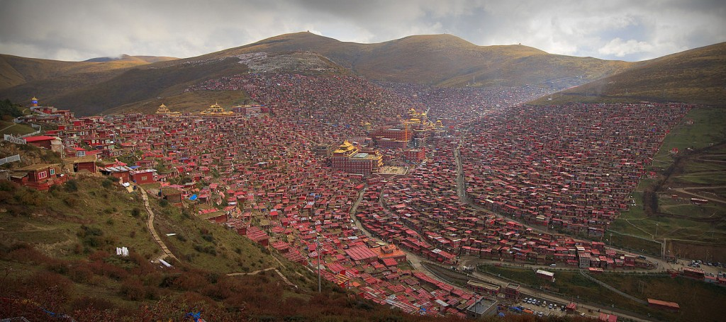 Larung Gar, Tibetan city in Sichuan, at 4000m high by Valerian Guillot (Flickr CC, edited)